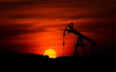 Olie installatie bij zonsondergang