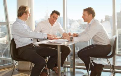 Algemeen directeur Steven Sarphatie (midden) van Wijs & Van Oostveen