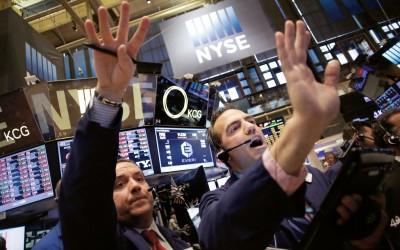Handelaren op de NYSE op 24 augustus 2015