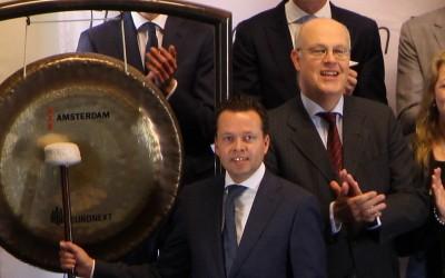 Wiersma en Burgers bij het luiden van de gong
