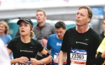 Silvia Zonneveld en Jos ter Avest van ABN Amro MeesPierson tijdens de halve marathon van Amsterdam