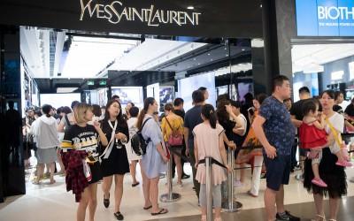 Chinezen in de rij voor luxemerken