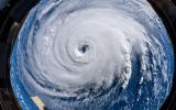Een orkaan trekt over de wereld