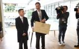Minister Dijsselbloem met het koffertje met de Miljoenennota