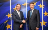 Steven Maijoor, on the left, and Valdis Dombrovskis